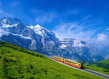 train_near_jungfrau_mountain__bernese_oberland__switzerland